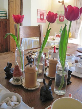 Hallwood Farm Oast House B & B: Cheery breakfast area