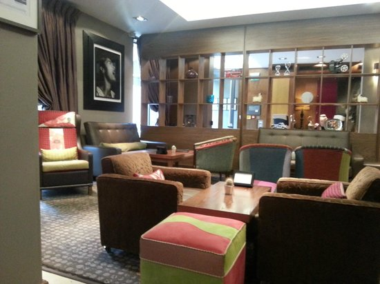 The New Ellington: longe/bar area beautiful chairs