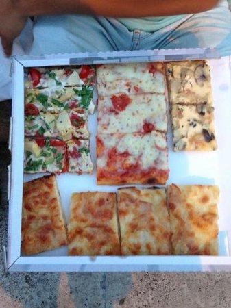 Pizzeria Italia dal 1987: impresionante las pizzas y el trato aún mejor, no podéis estar en Roma y no visitarlos.