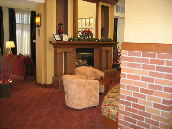 Hilton Garden Inn Yuma Pivot Point: fireplace and sitting room in lobby area