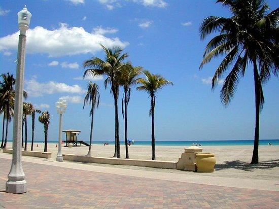 Marine Villas : Strand gegenüber vom Hotel