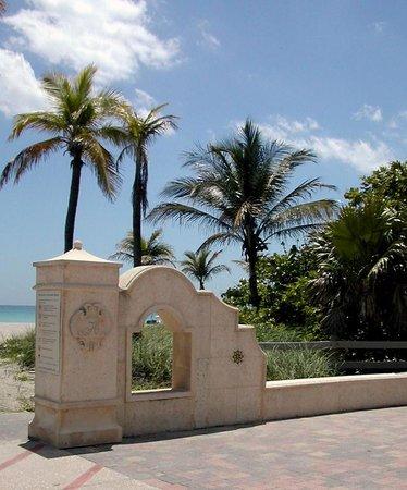 Marine Villas : Eine der vielen Duschen am Strand