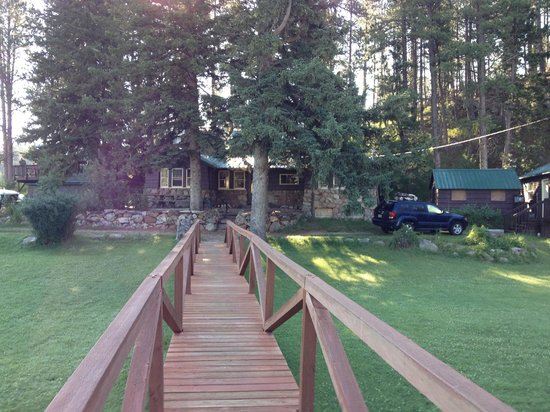 Calamity Peak Lodge: Wooden bridge from office to larger cabins and Lodge