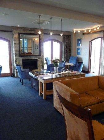 Protea Hotel by Marriott Walvis Bay Pelican Bay: Le salon avec cheminée