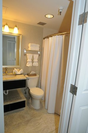 Brent House Hotel & Conference Center: Bathroom