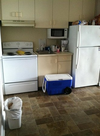 Summer Wind Inn & Suites: the kitchen ( cooler and cups are ours) the small appliances were brand new. Refrigerator looks