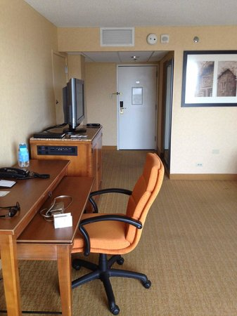 San Antonio Marriott Riverwalk: hotel desk and tv area - carpet and paint needs updating