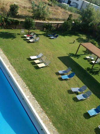 Casa Maria Apartments: Pool area, sunbeds
