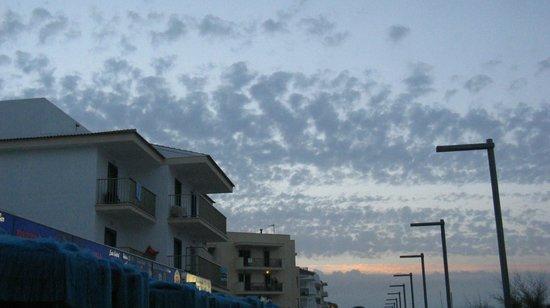 Hotel Sa Roqueta: Sonnenuntergang und Sicht auf das Hotel von der Promenade aus