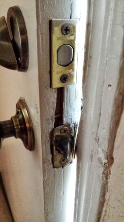 Creekside Inn at Sedona : Front door to room held together with screws.