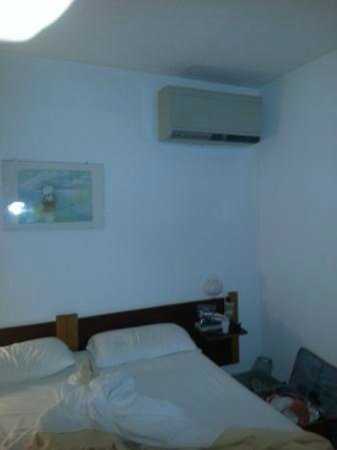 Hotel Mistral: Noisy Aircon right over the bed