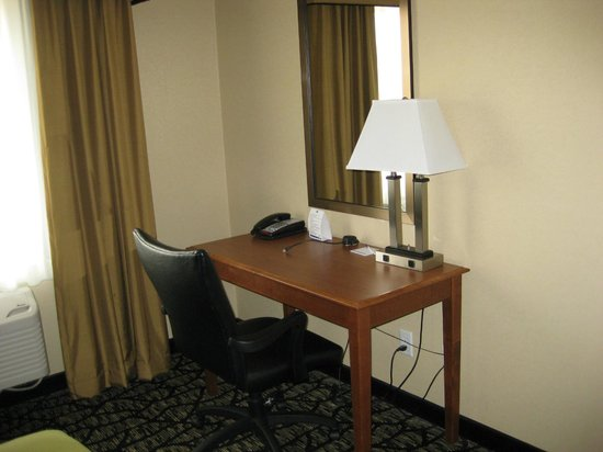 Holiday Inn Express Hotel & Suites Grand Junction : Desk area