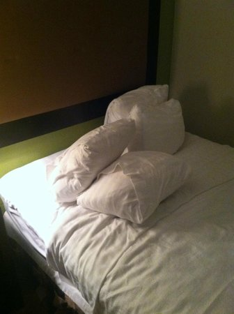 Holiday Inn Staunton Conference Center: This is how our bed looked upon our arrival.