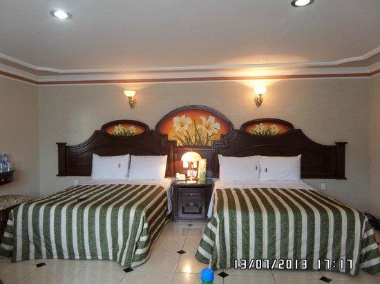 Hotel Casino Plaza: Dos de las tres camas que hay en la habitación