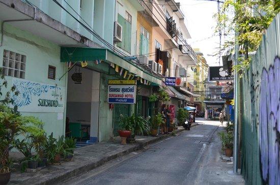The Rajata: Calle de acceso al hotel