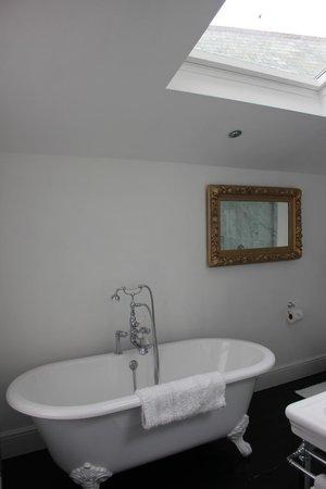 Treverbyn House : Grren Room bathroom - lovely big bath