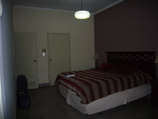 HOTEL LAS MAGNOLIAS - San Salvador : Poor light in the room
