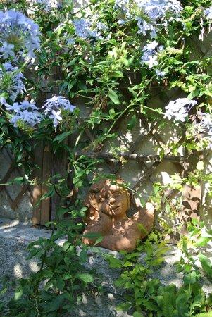 Rue des Joyeux : un chérubin du jardin!