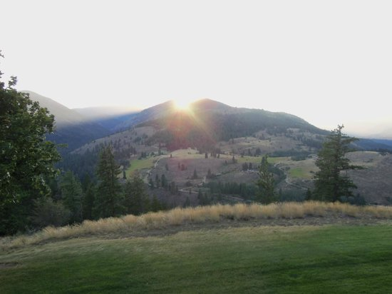 Sun Mountain Lodge: Sunset view from deck