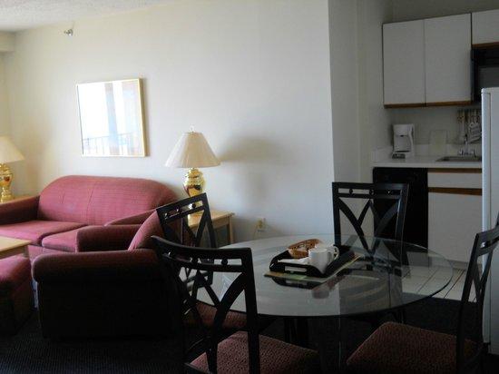 La Renaissance Suites: kitchen and living room