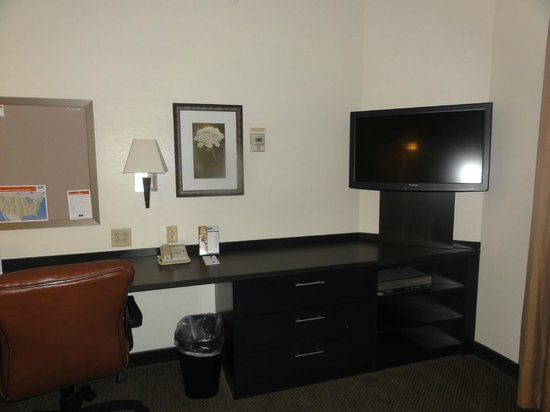 Candlewood Suites Chicago O'Hare: Desk/TV area