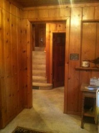 Rockwood Lodge: Foyer. Stairs lead to bedrooms.