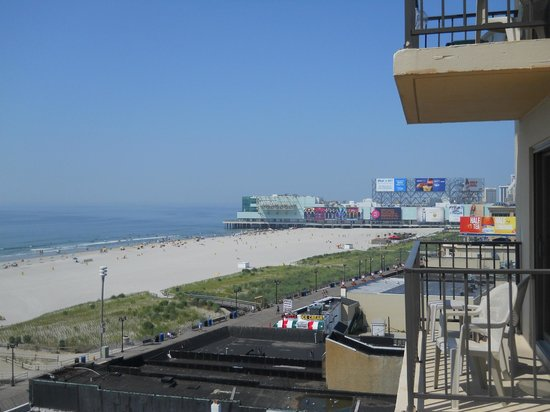 La Renaissance Suites : View to the right towards the shopping pier.