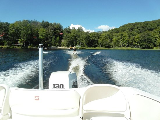 Mill Lake Cottage Resort: Still waterskiing