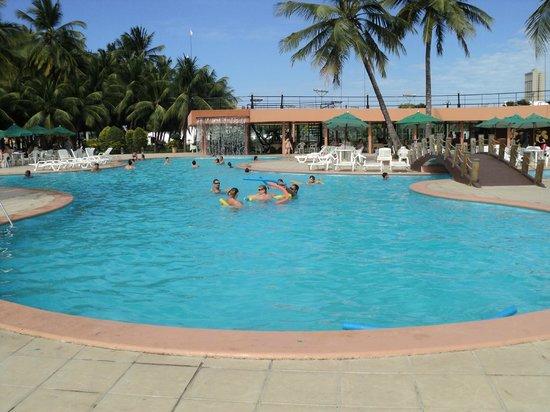 Marina Park Hotel: foto da enorme piscina a beira mar