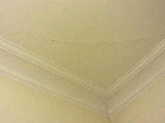 Hotel Astoria : Rachaduras no teto do quarto