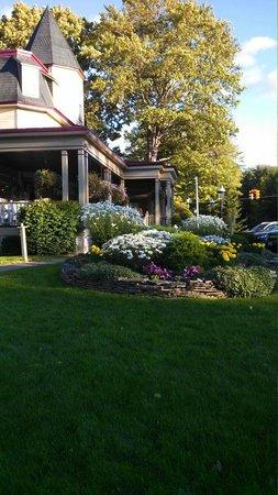 Stafford's Bay View Inn: The beautiful gardens & porch.