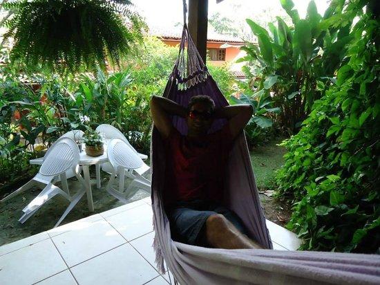 Holandes Hostel: Na rede perto da cozinha do hostel