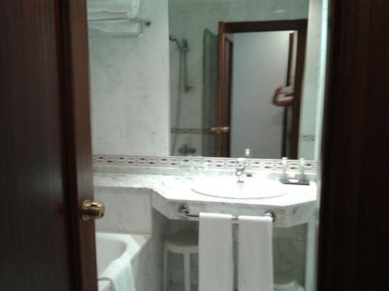 Gran Hotel España: baño (pero no sale todo, es mas amplio)