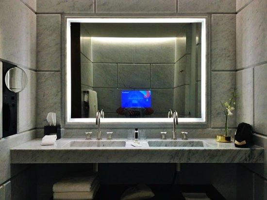 Hotel Cafe Royal: Amaizing Marble Bathroom