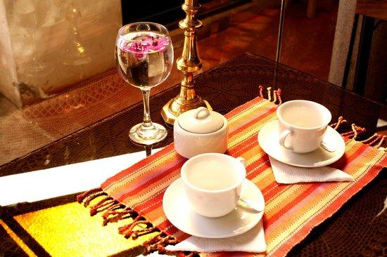Fuente de Agua Hotel: la mesa con los mates
