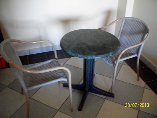 Hotel Las Olas Beach Resort: small table and plastic chairs