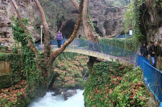 Kursunlu Waterfalls: Мостик.