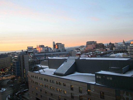 Radisson Blu Plaza Hotel, Oslo: Vista da janela do quarto para o Spectrum e o centro de Oslo