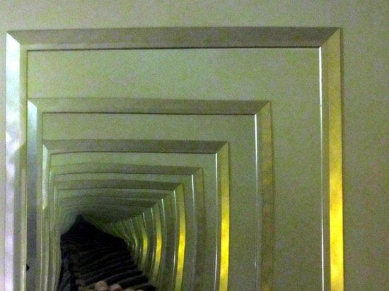 Radisson Blu Plaza Hotel, Oslo: Espelhos paralelos à cama levam ao infinito