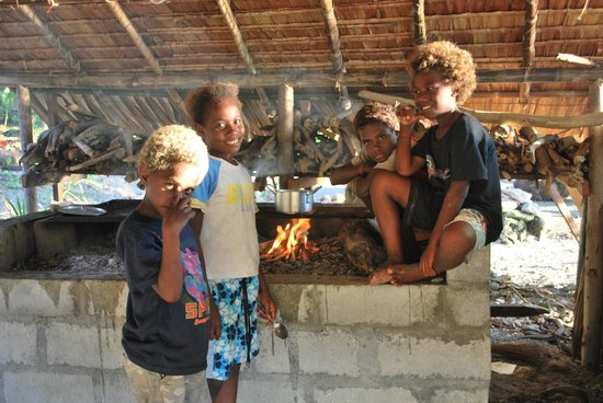 Savo Sunset Lodge: Local pickaninnies cooking