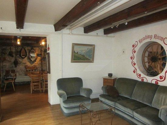 Balmer's Hostel: More common rooms