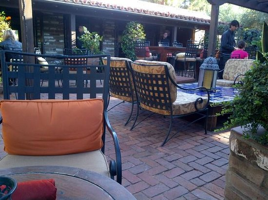 Estancia La Jolla Hotel & Spa : Patio at mustang and burros restaurant