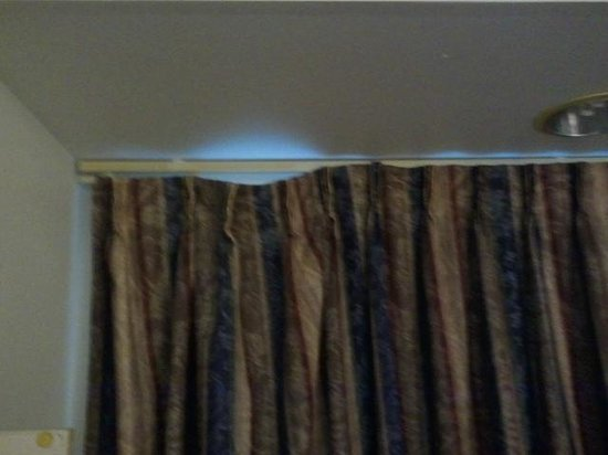 Microtel Inn & Suites by Wyndham Janesville: part of the curtain missing hooks...it just make it look tacky