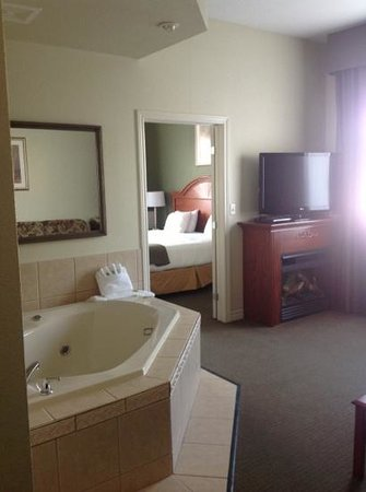 Holiday Inn Express & Suites 1000 Islands - Gananoque: Nice king bed with spa tub and fireplace.