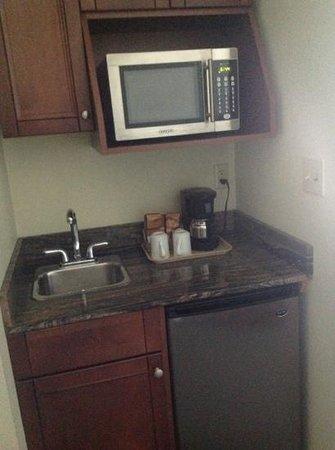 Holiday Inn Express Suites Gananoque : kitchen
