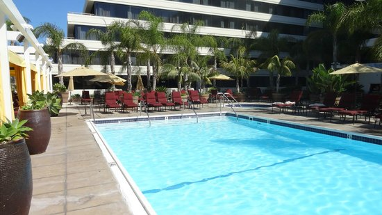 Fairmont Newport Beach: Piscina normal