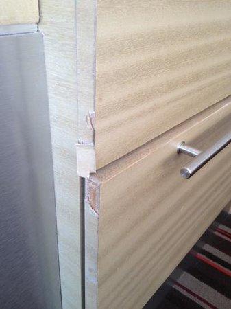 Hilton San Jose : banged up furniture