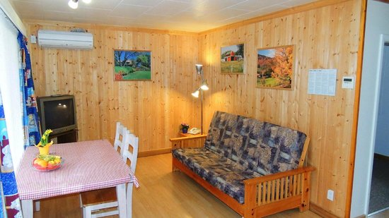 ViewPoint RV Park & Cottages: Living room in the cottages