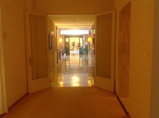 Hotel du Grand Lac Excelsior: wide halls