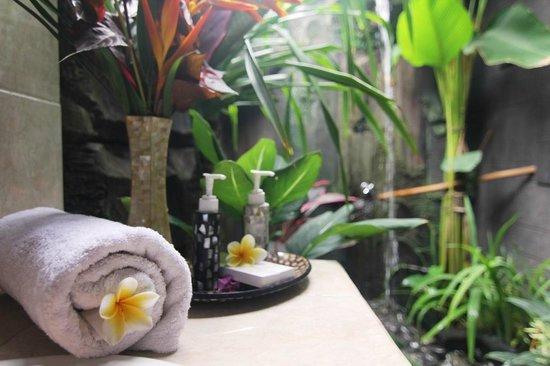 TriJaya Guest House: Bathroom